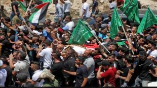 """تشييع حاشد في الضفة للناشط بنات على وقع هتافات """"إرحل يا عباس"""""""