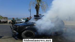 بالصور : اشتعال سيارة رقيب اول في كورنيش صيدا وتحقيقات حول اسباب الحريق وعما اذا كان احتجاجا على ازمة البنزين