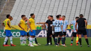 ما هو سبب توقّف مباراة البرازيل والأرجنتين؟
